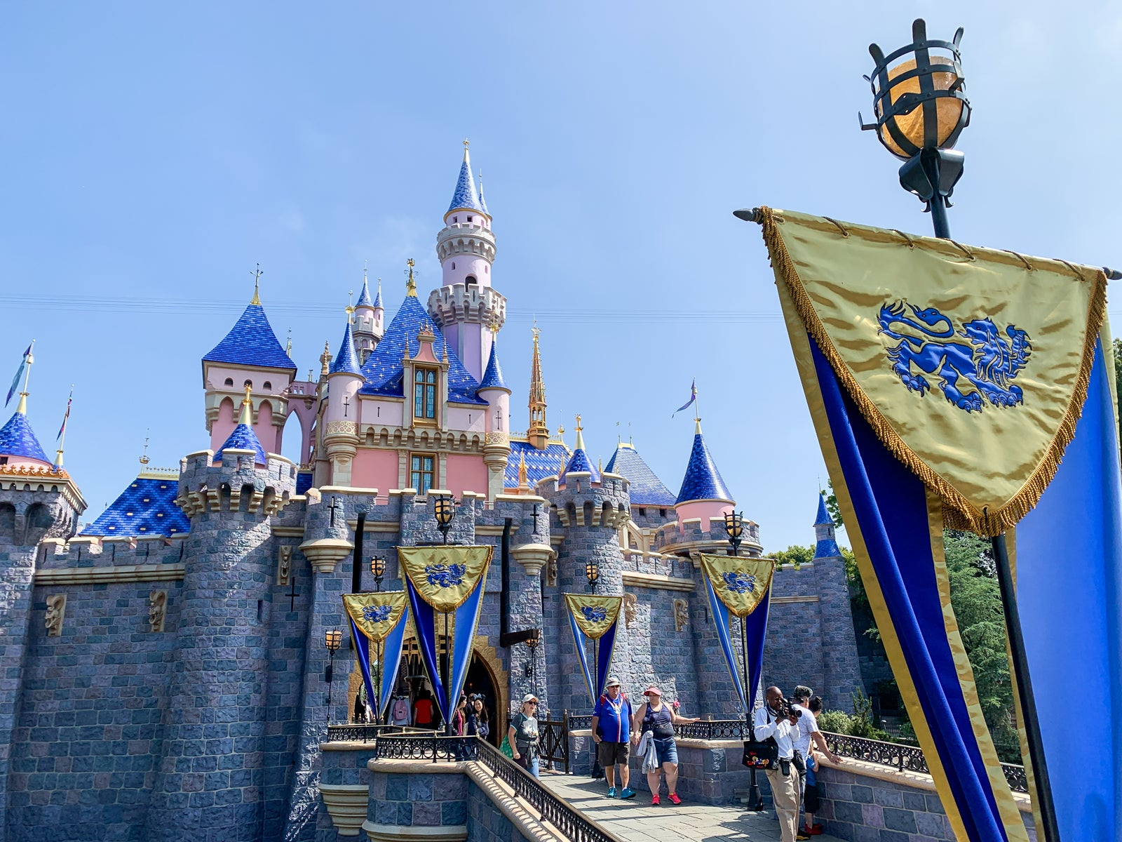A tale of two Disneys: What to expect at Disney World vs Disneyland - The Points Guy