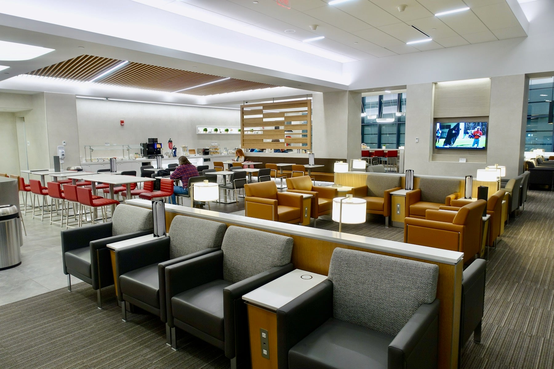 American Airlines extends lounge access to more passengers and streamlines rules