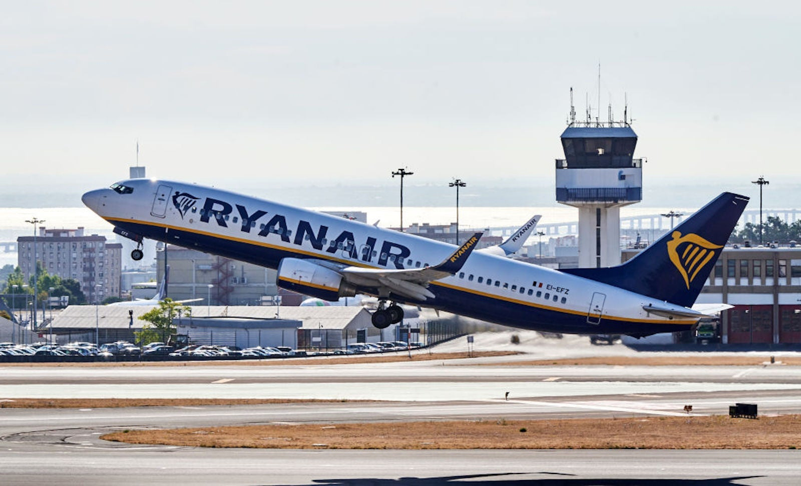 Ryanair threatens to ban customers for credit card chargebacks ... unless they return their refund